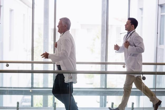 Twee artsen rennen