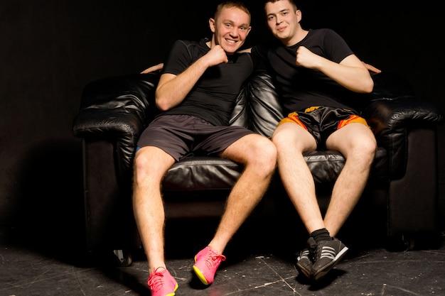 Twee atletische jonge mannen die plezier hebben