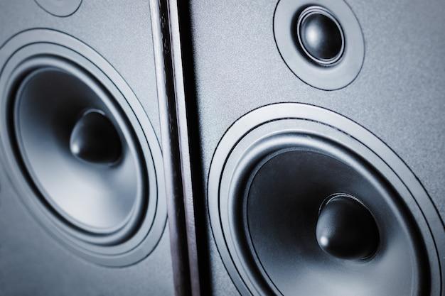 Twee audio correcte sprekers op donkere achtergrond, sluiten omhoog