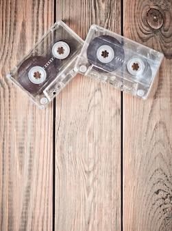 Twee audiocassettes op een houten tafel. retro mediatechnologie uit de jaren 80. liefde voor muziek. kopieer ruimte. bovenaanzicht
