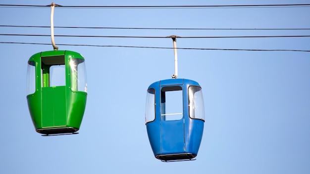 Twee auto's van de kabelbaan
