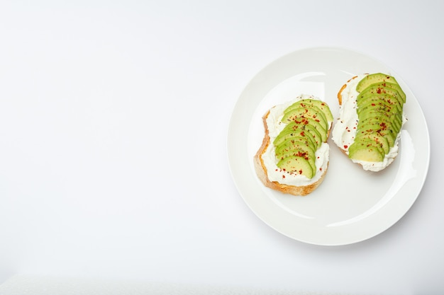 Twee avocadotoosts, sandwich met avocado.