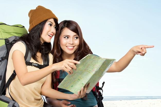 Twee aziatische jonge vrouwen op reis