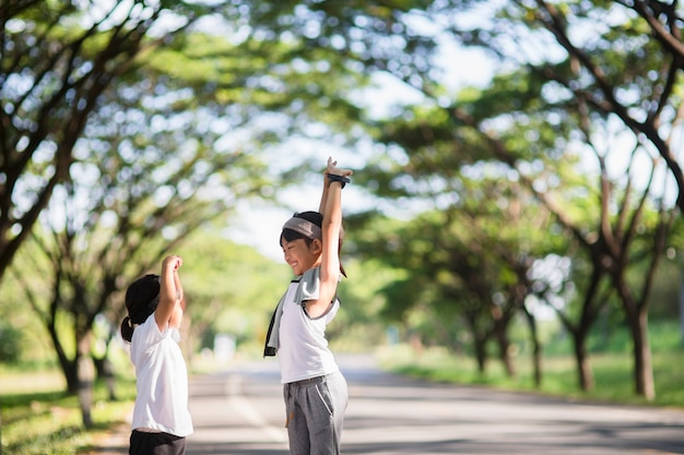 Twee aziatische kleine meisjes die plezier hebben en samen rennen in het park in vintage kleurtoon