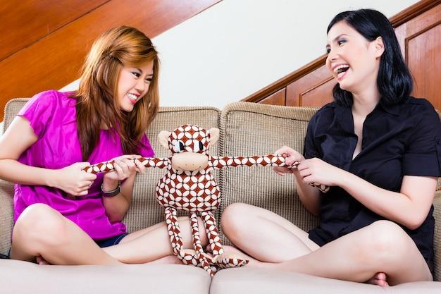 Twee aziatische meisjes thuis