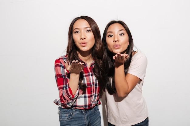 Twee aziatische mooie dameszussen