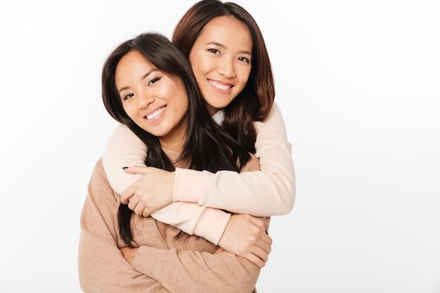 Twee aziatische mooie vrolijke dames zussen