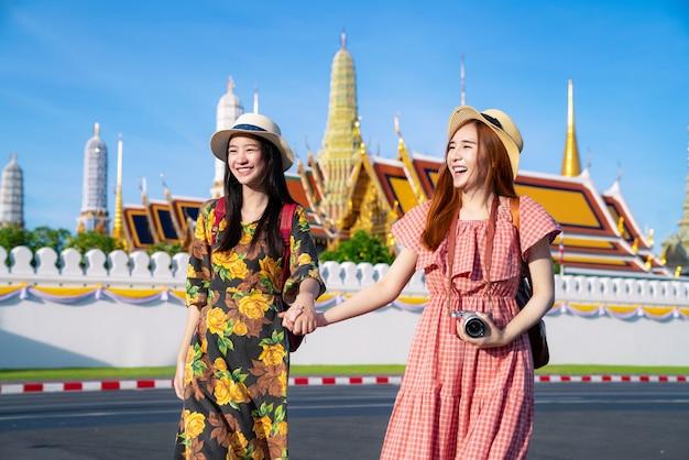 Twee aziatische vriendinnen reizen en nemen foto in grand palace en wat phra kaew