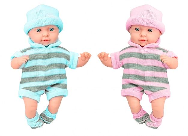 Twee baby - poppenmeisje en jongen in gebreide kleding op geïsoleerd
