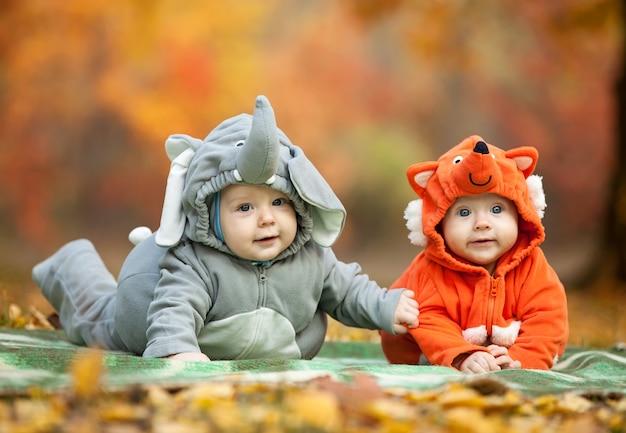 Twee babyjongens gekleed in dierenkostuums