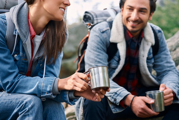 Twee backpackers die koffie drinken en praten