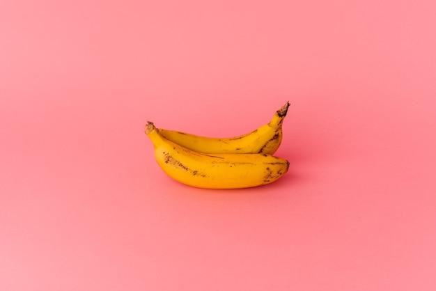 Twee bananen geïsoleerd op roze background