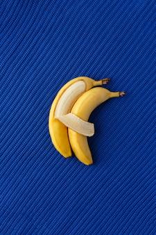 Twee bananen liggen naast elkaar en omhelzen elkaar als mensen.