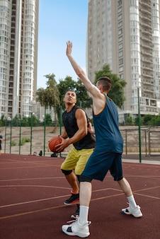 Twee basketballers werken buiten tactieken uit