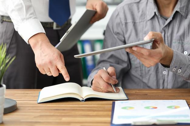 Twee bedrijfs mannelijke personen die documentprobleem oplossen