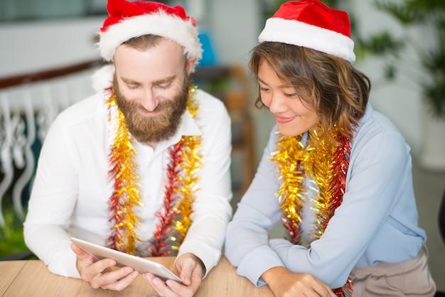 Twee bedrijfscollega's die het videochat van kerstmis hebben