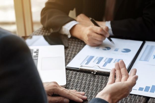 Twee bedrijfsleiders die de verkoopprestaties in een werkplek bespreken.