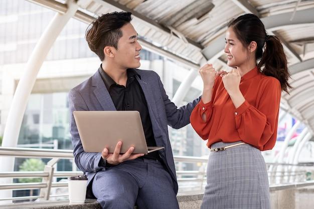 Twee bedrijfsmensen die gelukkige vrolijk smilling, die een vergadering, bedrijfsgroepswerkconcept beëindigen