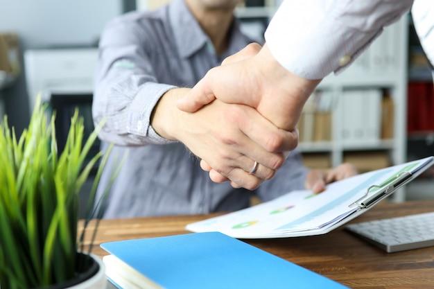 Twee bedrijfsmensen die handen schudden als toekomstig vooruitzichtensymbool