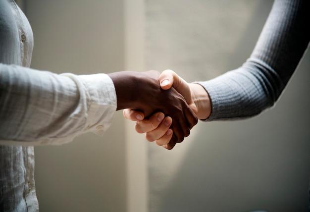 Twee bedrijfsmensen die handen schudden