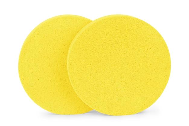 Twee beige ronde cosmetische sponspads voor het reinigen van gezichtsmake-up, één frontale en