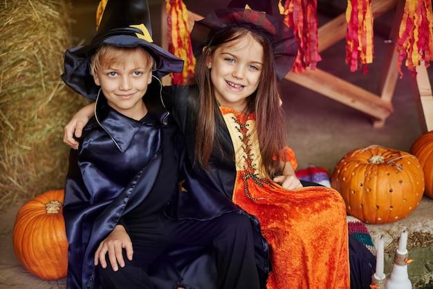 Twee beste vrienden die het halloween-feest vieren