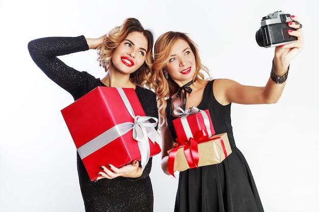 Twee beste vrienden die zelfportret maken, geweldige tijd samen doorbrengen op nieuwjaarsfeest.
