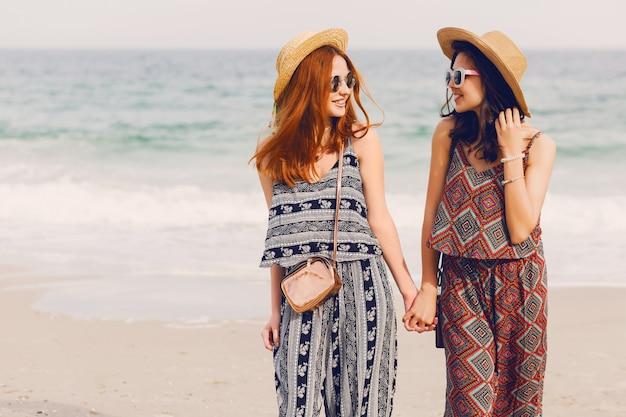 Twee beste vrienden op het strand