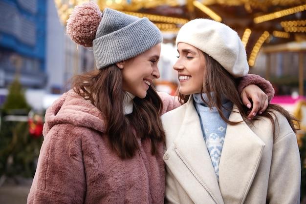 Twee beste vriendinnen op kerstmarkt