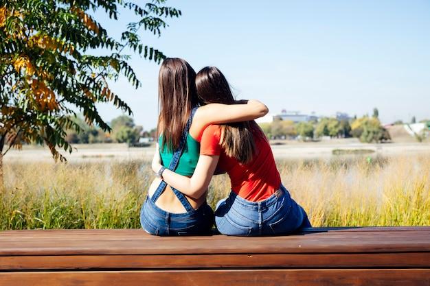 Twee beste vriendinnen samen omarmen