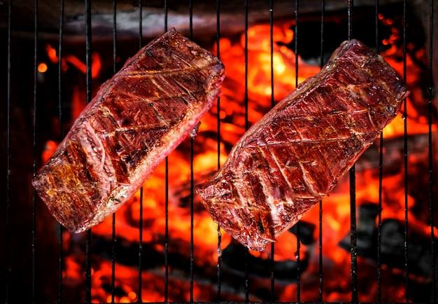 Twee biefstuk bij de grill