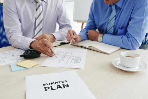 Twee bijgesneden startuppers die een businessplan ontwikkelen