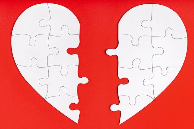 Twee bijpassende helften van één hart op rood