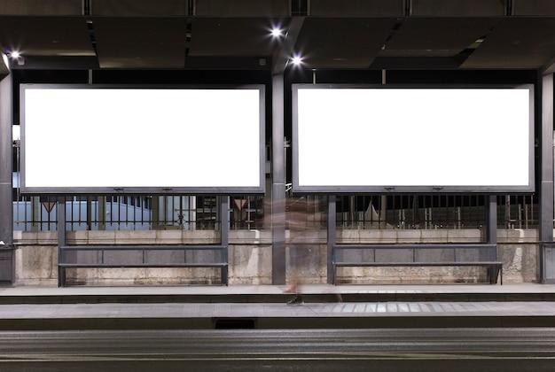 Twee billboards met licht in het centrum van de stad 's nachts