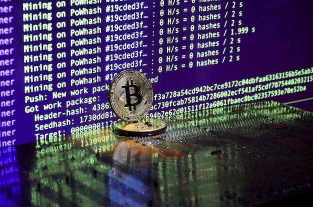 Twee bitcoins liggen op een videokaartoppervlak