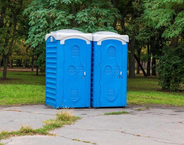 Twee blauwe cabines van het biotoilet