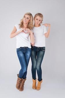 Twee blonde meisjes zetten liefde op