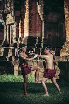 Twee boksers vechten met de vechtsporten van muay thai.