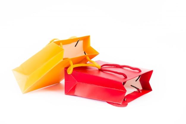 Twee boodschappentassen, rood en geel