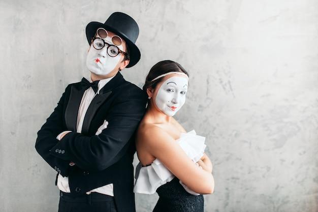 Twee bootst acteurs na die in studio presteren. pantomime-theaterartiesten met witte make-upmaskers op gezichten