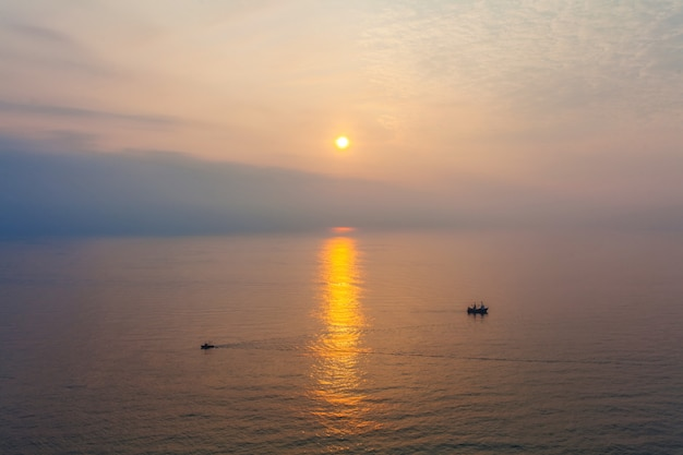 Twee boten in het overzees in zonsondergangtijd