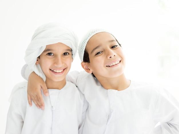 Twee broers uit het midden-oosten samen thuis