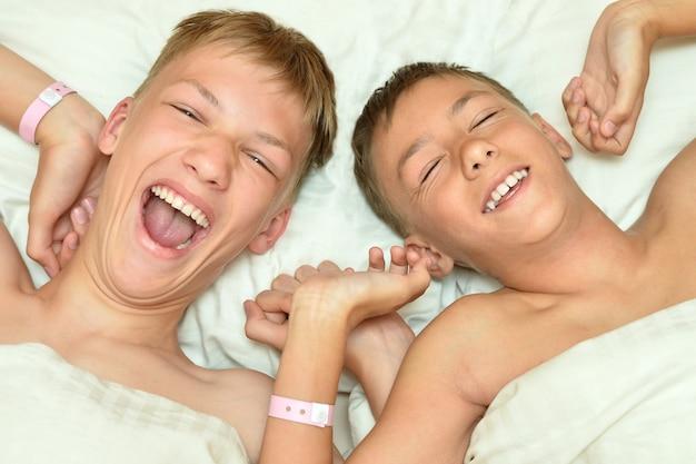 Twee broers wakker in bed close-up