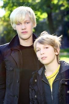 Twee broers wandelen gezond in het park
