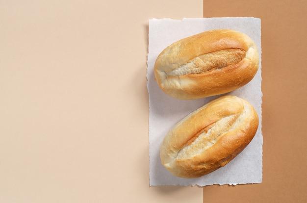 Twee broodjes op een neutrale achtergrond