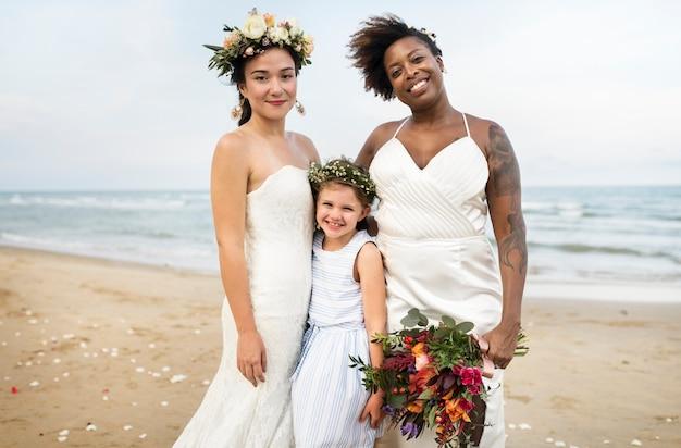 Twee bruiden op het strand