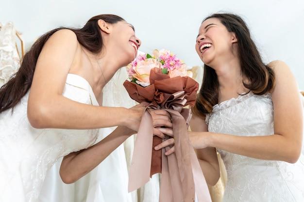 Twee bruiden witte jurken. portret van aziatische homoseksueel paar gelukkig in huwelijksmoment. concept lgbt lesbisch.