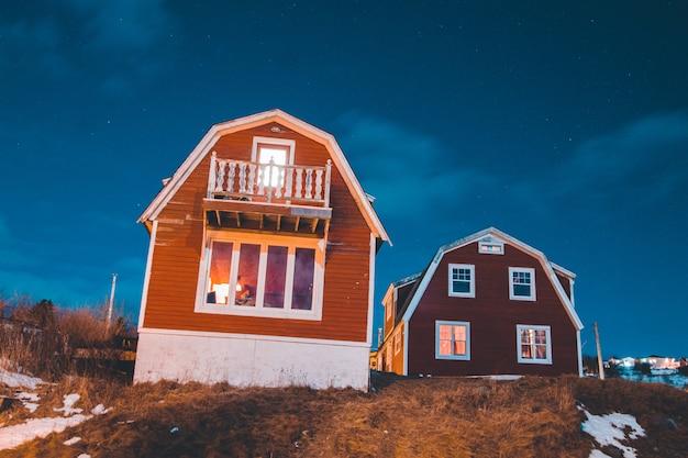 Twee bruine huizen op heuvel