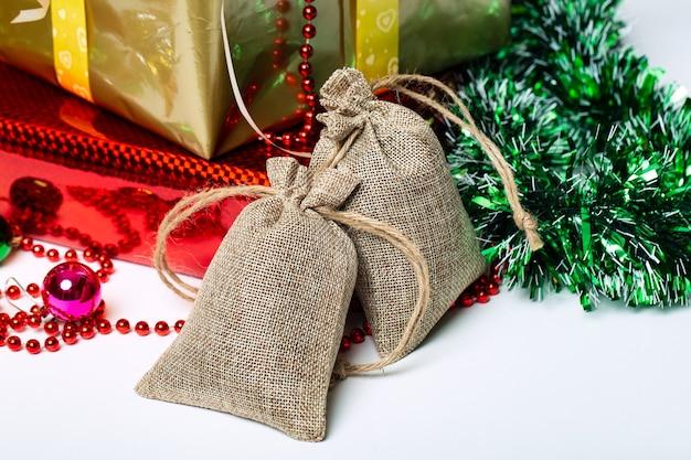 Twee canvas tassen met stropdassen linnen tassen op geschenkdozen en kerstversieringen achtergrond