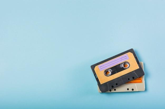 Twee cassettebanden op blauwe achtergrond